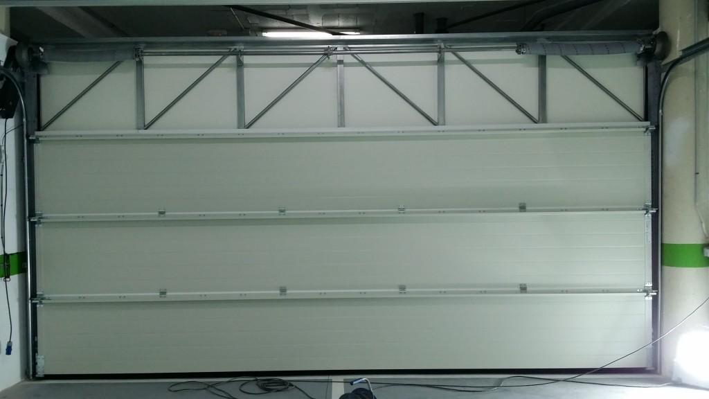 Instalación de puerta seccional en cerramiento de garaje