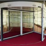 ¿Qué tienen las puertas de cristal giratorias que a todo el mundo le encantan?